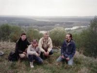 1.Archeologiniai žvalgymai Kaišiadorių rajone 1996 m.  Iš kairės O. Lukoševičius, D. Girininkas, A. Girininkas, L. Bukauskas ant Budelių piliakalnio. R. Gustaičio nuotr.