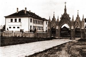 Katedros šventoriaus vartai, už jų - Trakų apskrities savivaldybės rūmai