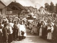13. Laidotuvių procesija. Mirusiojo išlydėjimas vežant karstą automobiliu. Rumšiškių vikaro Antano Rupšio laidotuvės. Rumšiškės. 1934m.