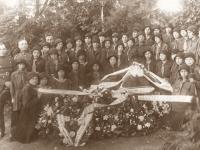 17. Laidotuvių gėlės, vainikai. Pirmojo Trakų apskrities viršininko Broniaus Stosiūno dukros laidotuvės. 1928 m.