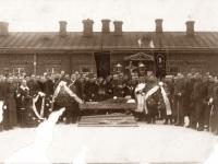 8. Laidotuvininkai prie Kaišiadorių vidurinės mokyklos pastato. Žaslių policijos nuovados vachmistro Juozo Žukausko laidotuvės. Žuvo susišaudymo metu.  1933 m.