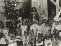 Su Seniu Šalčiu. Stasiūnų vaikų darželyje. 1982 m.