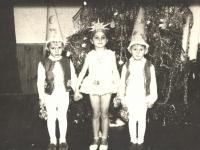 """Prie eglės. Kaišiadorių darželis """"Pasaka"""". 1972 m."""