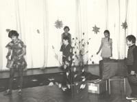 """Vaidinimas """"Voverių šile"""" Kaišiadorių kultūros centre. Vaidina Kaišiadorių kultūros centro vaikų klubo """"Žvaigždutė"""" nariai. 1981 m."""