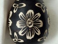 Margutis, margintas vašku, fonas juodos spalvos, raštai balti. Kruonio valsč. XX a. 4 deš. VDKM, B. Buračo kolekcija.