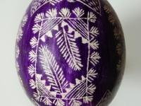 Margutis, skutinėtas, fonas violetinės spalvos, raštai balti. Kaišiadorys. XX a. 4 deš. VDKM, B. Buračo kolekcija.