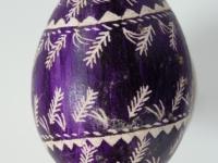 17. Margutis, skutinėtas, fonas violetinės spalvos, raštai balti. Kaišiadorys. XX a. 4 deš. VDKM, B. Buračo kolekcija.