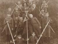 26. Kaišiadorių skautai su skautiškomis lazdomis. 1928–1929 m. (KšM)