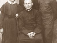 6. Trakų (Kaišiadorių) srities skautų vadovai su globėju kun. Nikodemu Švogžliu-Milžinu. 1930 m. (KšM)