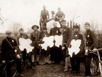 8.Trakų (Kaišiadorių) srities skautai su globėju kun. Nikodemu Švogžliu-Milžinu susiruošę rinkti aukas 1928 m. (LCVA)