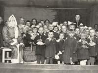 Vaikų darželio auklėtiniai sutinka Kalėdų senelį su dovanomis. Kaišiadorys. 1940 m. sausio 7 d.