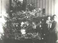 Kaišiadorių apylinkės teismo antstolio žmona Boleslava Žitkienė su dukra Aleksandra prie eglės savo namuose. Kaišiadorys. 1929 m.