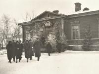 Prie Kaišiadorių vidurinės mokyklos per Kalėdas. Apie 1936 m.