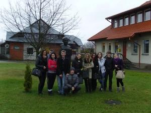 Moksleiviai prie paminklo Jonui Aisčiui Rumšiškėse, 2012 m.