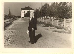 Prof. Viktoras Ruokis Kaišiadorių geležinkelio stotyje. Apie XX a. 7 deš.