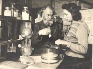 Prof. Viktoras Ruokis su studente laboratorijoje. Apie XX a. 6–7 deš.