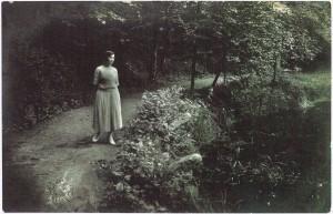 Helena Jakševičiūtė Švėkšnos dvaro parke. Apie 1928 m.