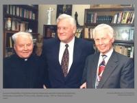 Lietuvos Respublikos Prezidentas Algirdas Brazauskas aplankė monsinjorą Kazimierą Vasiliauską ir pasveikino 75-erių metų sukakties proga. 1997 m. Vlado Gulevičiaus nuotr.