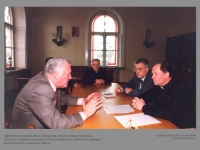 Algirdo Brazausko pokalbis su Kaišiadorių vyskupu Juozapu Matulaičiu. Iš dešinės: Prezidentūros kancleris Andrius Meškauskas, Kaišiadorių vyskupijos kurijos kancleris Jonas Jonys. 1994 m.