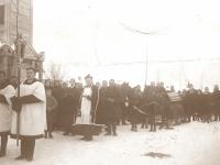 14. Laidotuvių procesija prie laikinosios Kaišiadorių bažnyčios. Kaišiadorių seniūno Jono  Sakalausko brolio žmonos laidotuvės. 1924 m.
