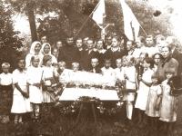5. Tradicinis mirusiojo apsupimas lapų ir gėlių vainiku, kuris laidojant uždedamas ant karsto dangčio.  Kaišiadorių apylinkės. XX a. 4 deš.