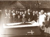 7. Mirusiojo išlydėjimas iš namų. Laidotuvininkai prie atidengto karsto, pastatyto ant tam skirtų stovų . Kruonio valsč. Rūčkakiemio k. 1933-1934 m.