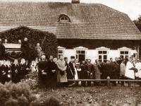 9. Laidotuvių procesija. Laidotuvininkai prie Kasčiukiškių dvaro gyvenamojo pastato. Kasčiukiškių dvarininko laidotuvės. 1911 m.