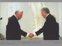 Prezidentas Algirdas Brazauskas išrinktojo Lietuvos Respublikos Prezidento Valdo Adamkaus inauguracijos iškilmėse. LR Prezidentūra. 1998 m. vasario 26 d. Džojos Gundos Barysaitės nuotr.