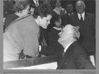 Algirdą Brazauską po Prezidento inauguracijos sveikina dukra. LR Seimas. 1993 m. vasario 25 d.