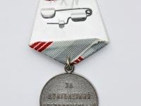 """42. Medalis. ,,Darbo veteranas"""". SSRS. Įsteigtas 1974 m. Pasidabruotas tombakas, tekstilė, Ø 34 mm. Fot. Nijolė Adukonienė (reversas)"""