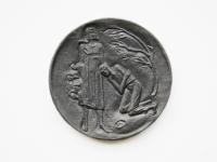 """44. Medalis. Kristijonas Donelaitis 1714–1780. 1990 m. Dail. Venslovas. Kauno ,,Dailė"""". Aliuminis. Ø 83 mm. Fot. Asta Sabonytė (reversas)"""