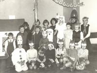 """Kaišiadorių kultūros centro vaikų klubo """"Žvaigždutė"""" nariai su Seniu Šalčiu ir Snieguole. 1981 m."""