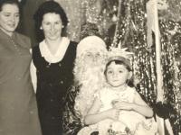 """Prie eglės su Seniu Šalčiu. Kaišiadorių darželis """"Pasaka"""". 1972 m."""