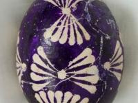 Margutis, margintas vašku, fonas violetinės spalvos, raštai balti. Kruonio valsč., Migonių k. XX a. 4 deš. VDKM, B. Buračo kolekcija.