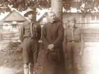 1. Kaišiadorių miesto skautai Aleksas Metelicinas ir Anatolijus Metelicinas su skautų globėju kun. Nikodemu Švogžliu-Milžinu. 1928 m. birželio 15 d.