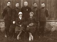11. Kun. Nikodemas Švogžlys-Milžinas su skautų garbės ženklu – Svastikos ordinu atlape. 1930 m. Kernavė. (KšM)