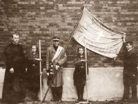 34. Skautų globėjas kun. Nikodemas Švogžlys-Milžinas su skautėmis šventinant Kaišiadorių ateitininkų vėliavą. 1927 m. (KšM)