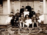 35. Kaišiadorių miesto skautai su globėju kun. Nikodemu Švogžliu-Milžinu pasiruošę rinkliavos rinkimui. 1928 m. (LCVA)