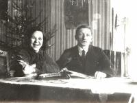 Kaišiadorių apylinkės teismo antstolis Jurgis Žitkus su žmona Boleslava savo namuose. Kaišiadorys. 1928 m.