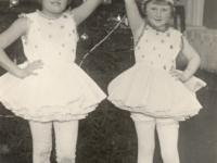 Balerinų pasirodymas Kaišiadorių vidurinės mokyklos eglaitėje. Iš kairės: Aldona Tamariūnaitė, Aleksandra Žitkutė. Kaišiadorys. Apie 1935 m.