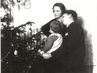 Kaišiadorių apylinkės teismo antstolis Jurgis Žitkus su žmona Boleslava ir dukra Aleksandra prie eglės savo namuose. Kaišiadorys. 1931 m.