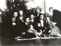 Valdininkai, įstaigų tarnautojai prie eglės Kaišiadorių apylinkės teismo antstolio Jurgio Žitkaus namuose. Kaišiadorys. 1932 m.