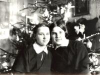Kaišiadorių gimnazistės Valerija Žalimaitė ir Regina Kmieliauskaitė Kaišiadorių apylinkės teismo antstolio Jurgio Žitkaus namuose. Kaišiadorys. 1937–1939  m.